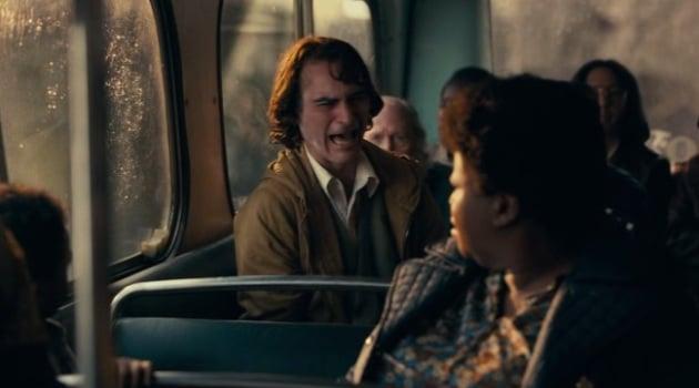 Джокер смеется в автобусе