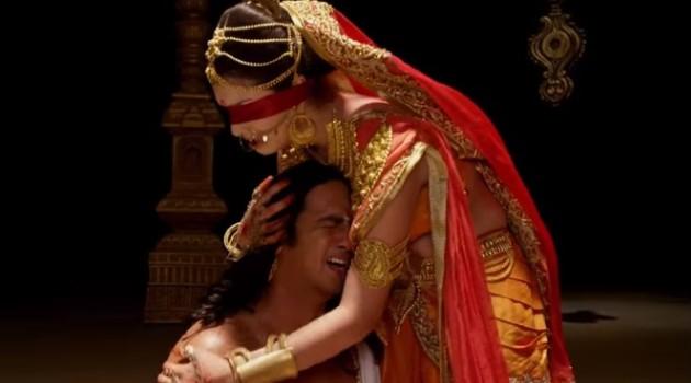 кадр Махабхарата Гандхари утешает мужа