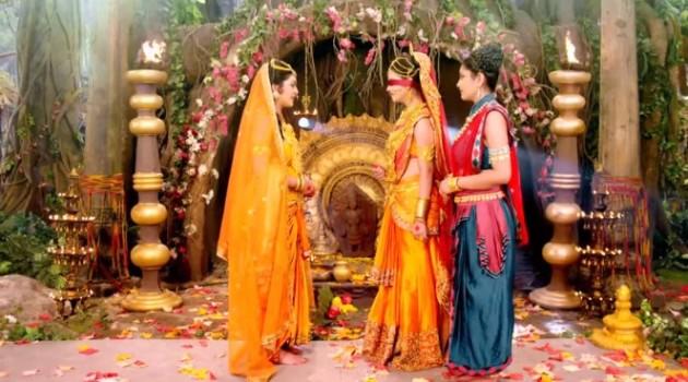 кадр Махабхарата Гандхари и Кунти в храме