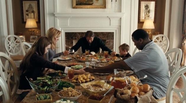 Кадр Невидимая сторона фильм семья за обедом